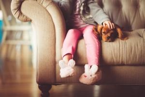 Miele Waschmaschine kaufen - Mädchen Hund Sofa